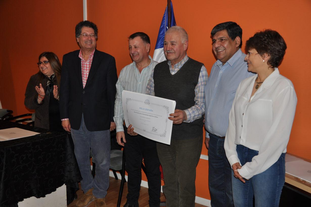 """Félix España fue reconocido con el siguiente texto: """"Diploma de Honor por sus destacadas actuaciones en las ediciones del Gran Premio de la Hermandad ARGENTINO-CHILENO""""."""