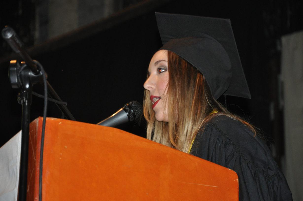 En representación de los graduados Contadores, brindó un discurso Carolina Florencia Rego.