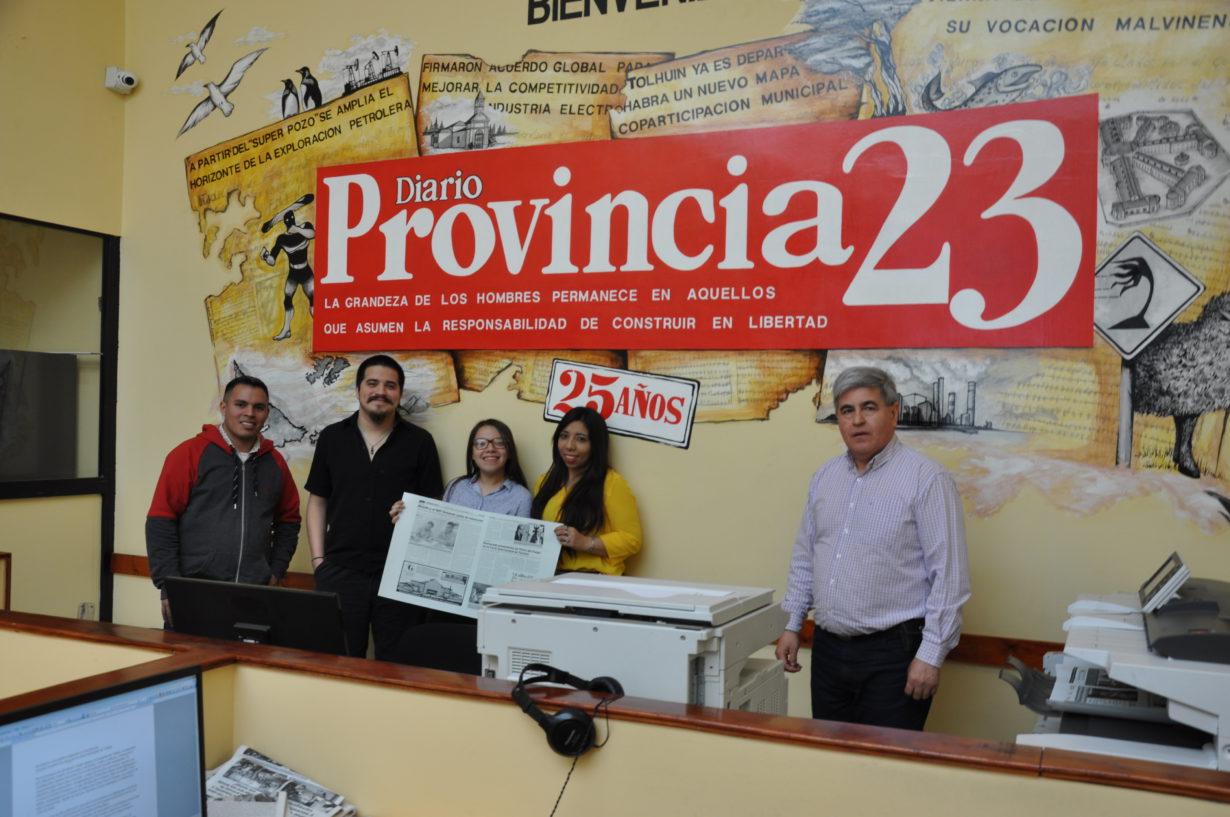 Alberto Centurión, director de Provincia 23 y Radio Universidad, mostró a los chicos todo el proceso de producción de un medio de comunicación gráfico, desde la Redacción hasta la Imprenta de este medio fueguino.