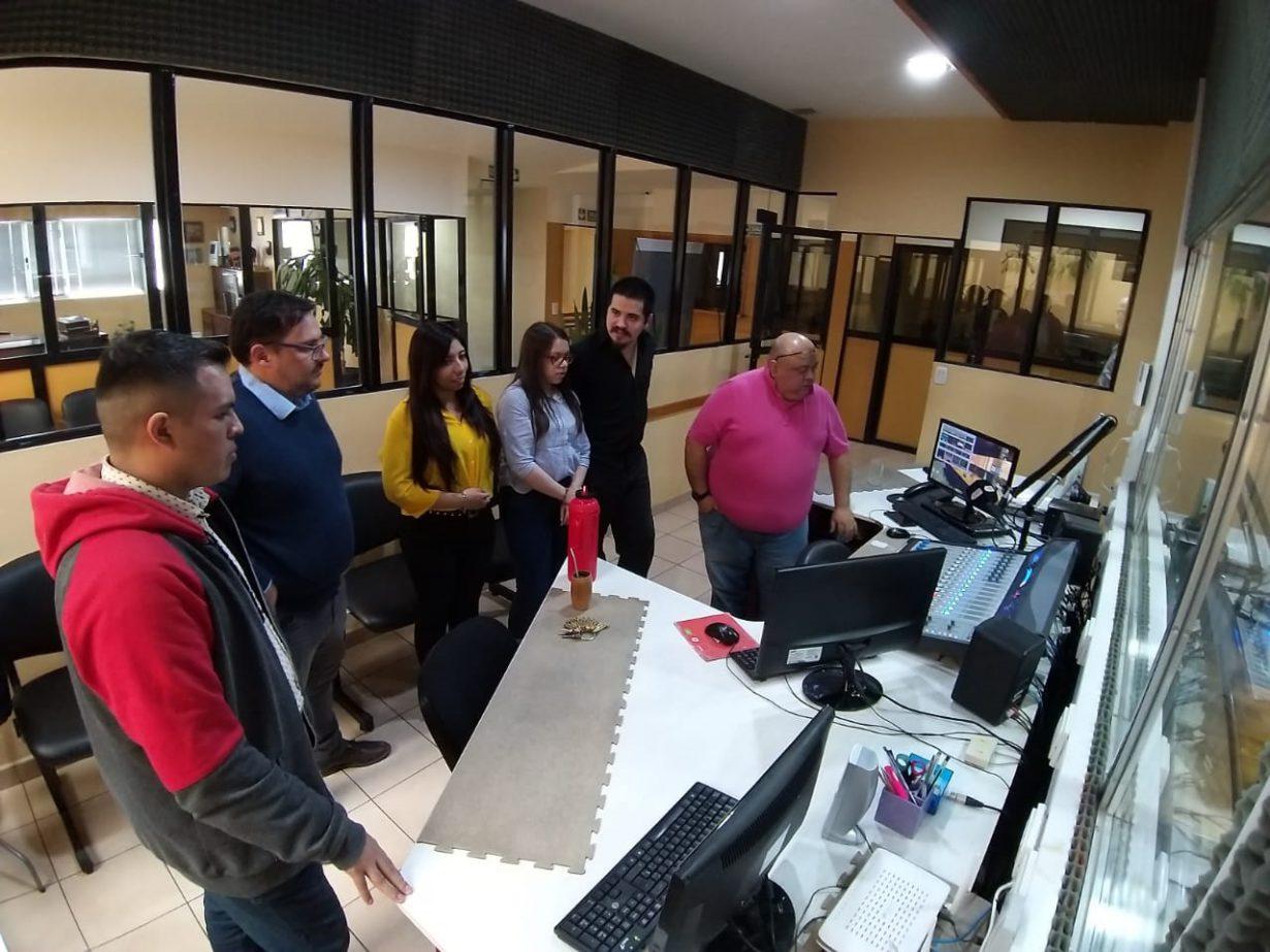También los chicos compartieron con Fabián Pérez quien les explicó sobre la Operación Técnica de la emisora y los detalles de la Producción Periodística.