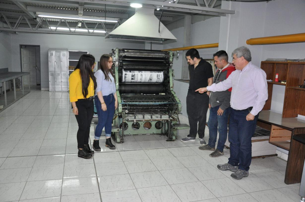 Los chicos en la Imprenta del Diario Provincia 23 reciben la explicación de su funcionamiento.