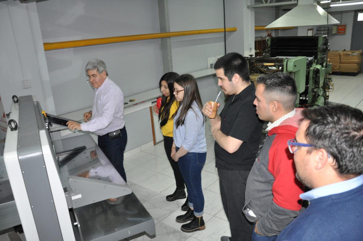 La moderna guillotina de tecnología china –la más avanzada de la Patagonia- es apreciada por los alumnos visitantes.