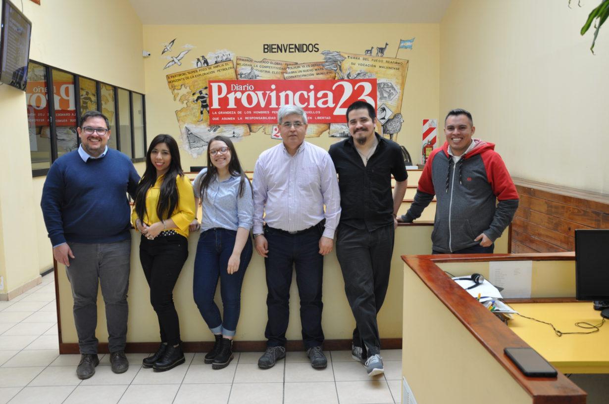 Los chicos posan con el Director de Provincia 23 y el profesor Pablo Cabas.