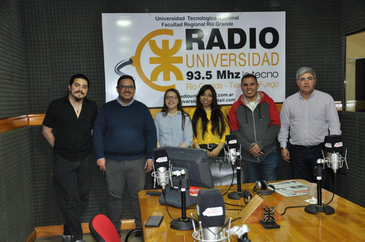 Los chicos se sacan una foto en Radio Universidad con el profesor Pablo Cabas, el director Alberto Centurión y el operador Fabián Pérez.
