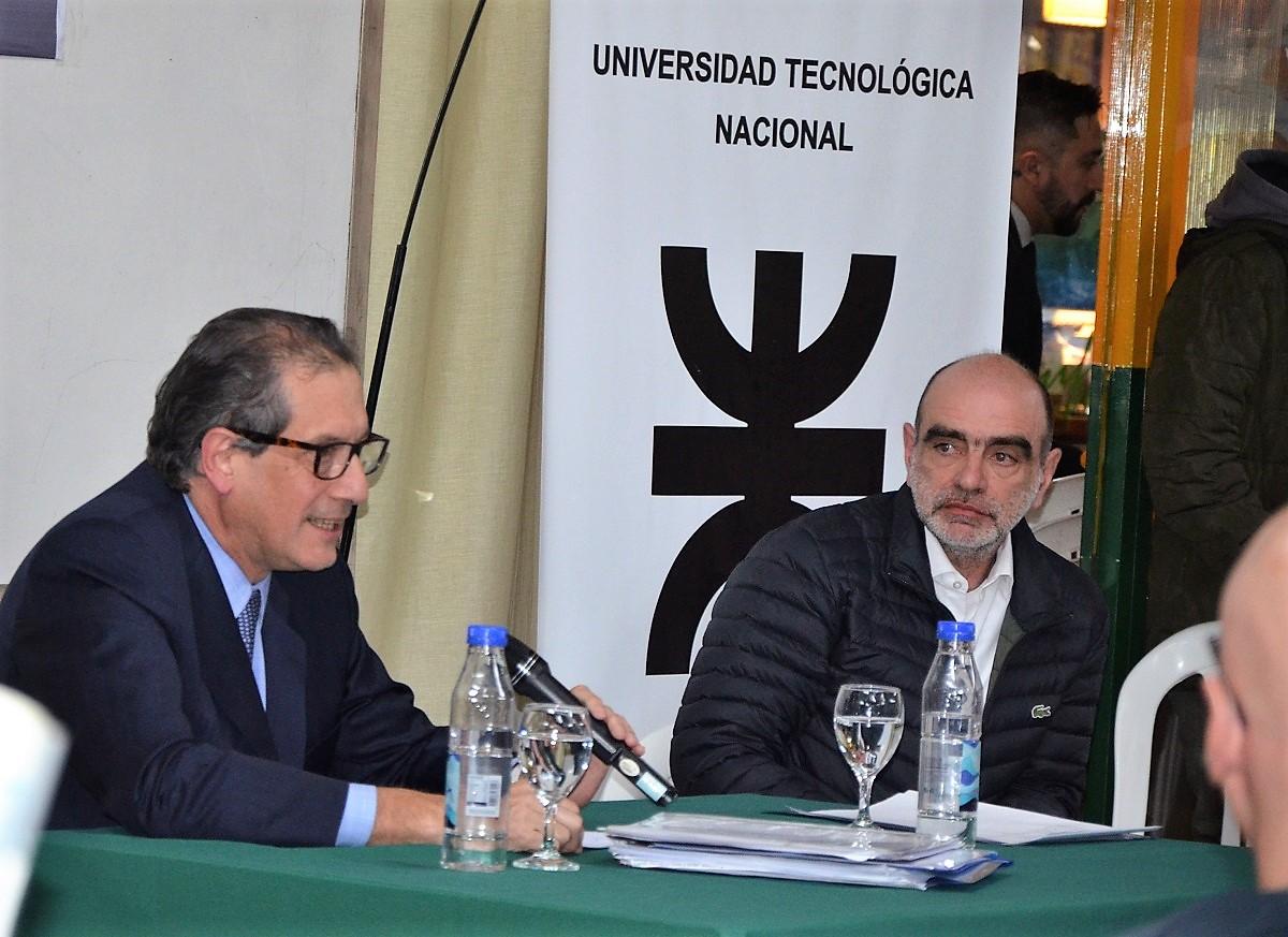 El economista Miguel Pesce junto al secretario de Extensión Universitaria, Lic. Fabio Seleme.