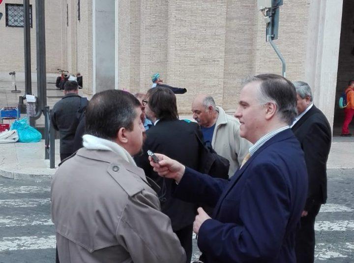 El Dr. Marcello D'Aloisio dialogando con el Sr. Miguel Ángel Trinidad, veterano de la Guerra de Malvinas y actualmente representante de la OEA en Lima, Perú