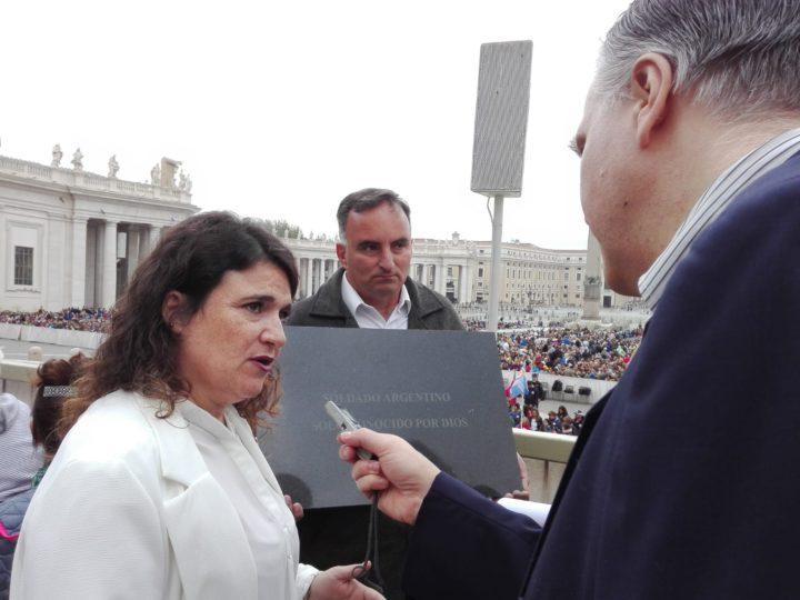 El corresponsal en Europa, Marcello D'Aloisio, dialogando con la Sra. María Fernanda Araujo, Presidenta de la Comisión de Familiares de Caídos en Malvinas