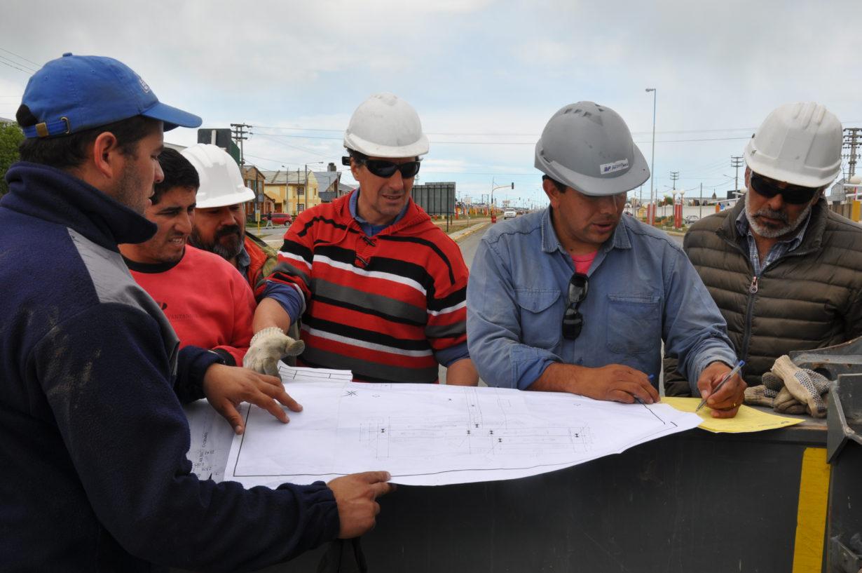 Las empresas a cargo de las obras son 'J.L.C. Constructora SA' y 'JP Serval SA', en tanto la construcción de todas las piezas de la estructura estuvo a cargo de la firma cordobesa 'Estructuras PRETENSA', la misma que construyera el primer puente en la zona del CEMEP.