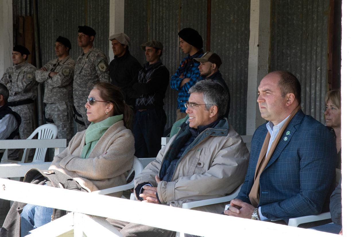 El titular de la Asociación Rural de Tierra del Fuego Fernando Gliubich, junto al presidente de la Asociación Argentina Criadores de Hereford Carlos Alejandro de la Tour d´Auvergne. (Crédito Foto: Pilar Chevallier).